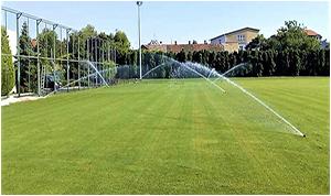 Zalivanje trave na fudbalskom terenu